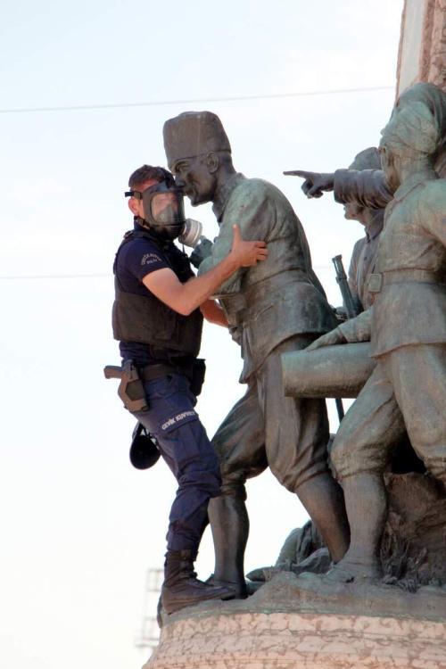 Cumhuriyet Anıtı by Süleyman Kaya