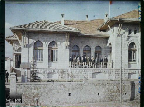 Turquie, Angora, Députés sur la terrasse du Palais de la Grande Assemblée