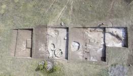 Kastamonu'nun Araç ilçesinde yürütülen Kahin Tepe kazısında, Akeramik Neolitik döneme ait öğütme taşı, süs eşyası gibi eserler bulundu. Karadeniz Bölgesi açısından büyük önem taşıyan çalışmaların yürütüldüğü alan drone ile havadan görüntülendi. ( Semih Yüksel - Anadolu Ajansı )