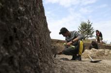 Kastamonu'nun Araç ilçesinde yürütülen Kahin Tepe kazısında, Akeramik Neolitik döneme ait öğütme taşı, süs eşyası gibi eserler bulundu. İlçenin Kahin Tepe mevkisinde geçen yıl başlayan kazı çalışmaları, Kültür ve Turizm Bakanlığı Kastamonu Müze Müdürlüğü başkanlığında gerçekleştiriliyor. ( Semih Yüksel - Anadolu Ajansı )